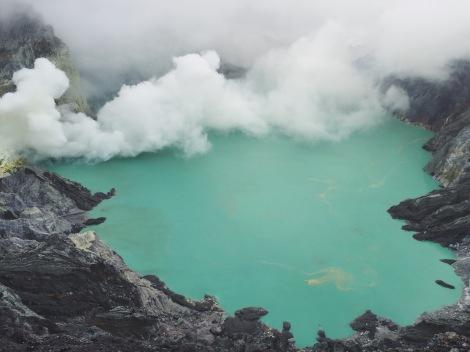 The world's largest acidic volcano lake